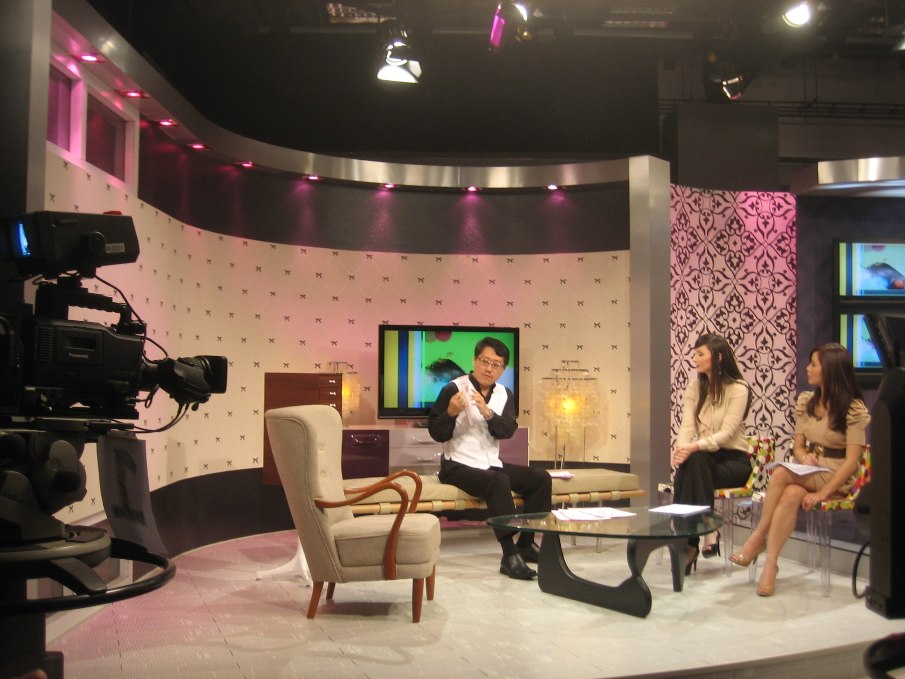 "Master Soon Explaining Feng Shui Activation to Daphne Iking and Sasha Saidin During "" Bella"" Show Time"