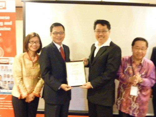 Master Soon.Receiving Token From The Sponsor Red Tone at Sunway Hotel 2011