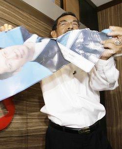 This is the photo of former chief minister, Khor Zhu Khoon. His political alliance, UMNO, also disrespected him buy destroying his ministerial portrait. 许子根 18年给马来政党办事做《跑腿省长》,但换来的是自己的官方照片给一个芝麻小官众撕裂侮辱。这证明他是削权傀儡,华裔轻视他, 他的马来人政治伙伴也羞辱他.