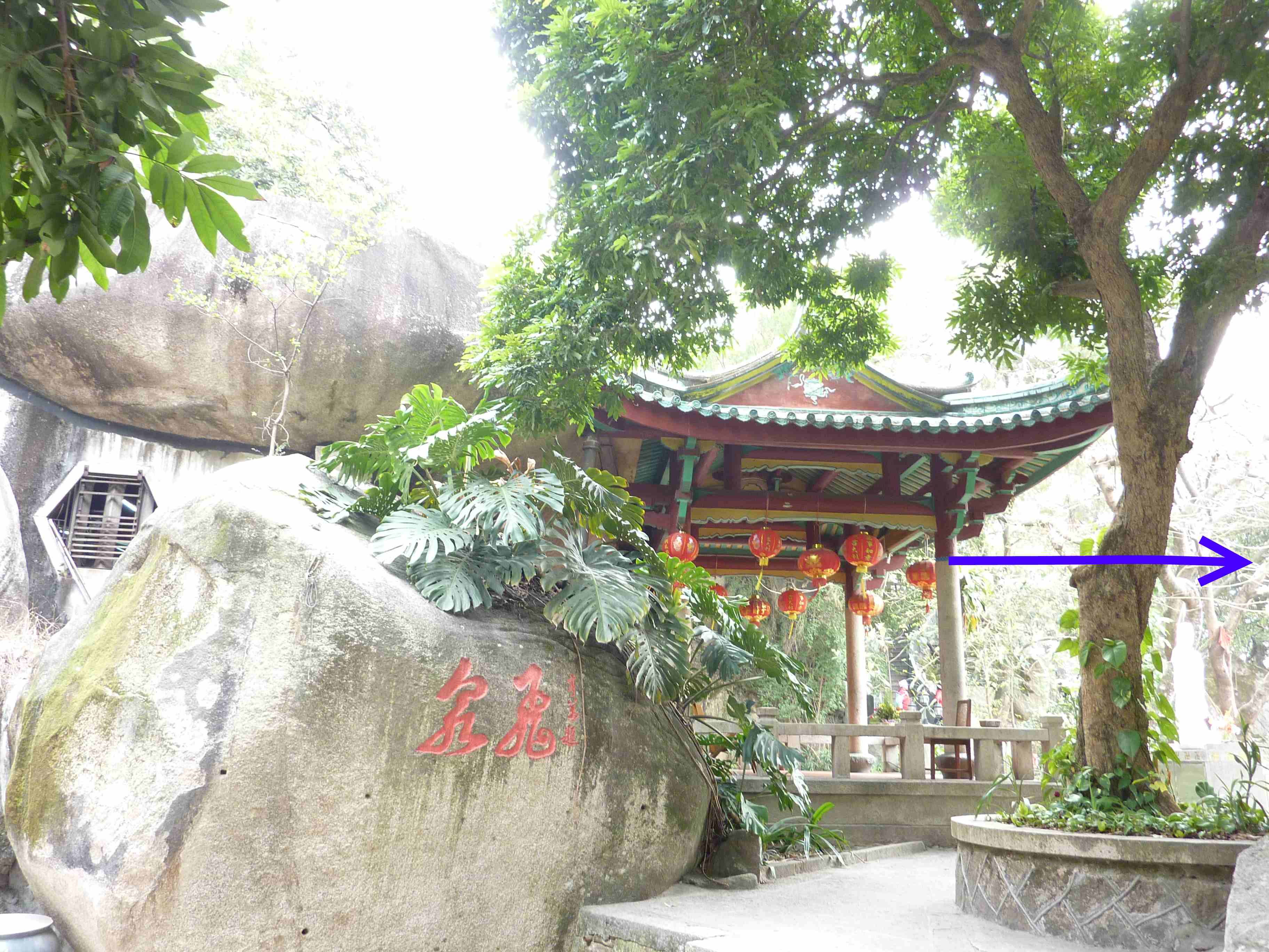 Trimming Feng Shui According to the Nature. The Blue Arrow Shows the Direction of the Temple风水要拿捏得当,关键在于因地制宜