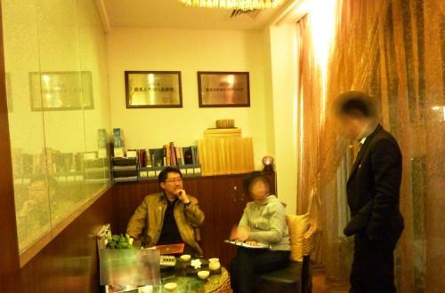 Master Soon Had A Chat With Students While Having Nice Tea. 勘查风水后,孙老师与学员共享板给我们泡的香茶;同时回答学员的问题.