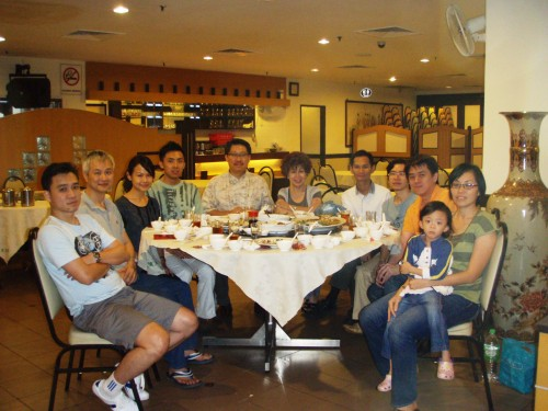 Kenny(Chas Chua Husband), William, Rachel, Bryan, Master Soon, Esther, Allex, SH Ang, Jack and Chas Chua with her child. We had our dinner at Midland Court Restaurant, Penang on 13 August 2011........