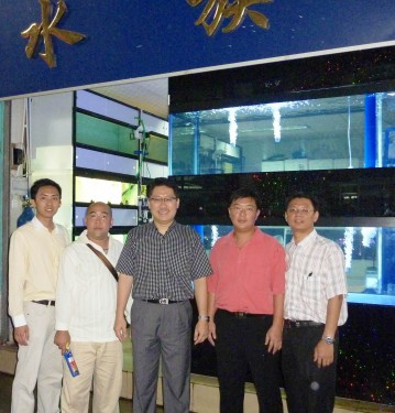 In year 2011,The Rising Arowana King from Malaysia, Mr Neoh (in Pink) has expended his Arowana Business from Malaysia to Guangzhou, Shanghai and Beijing, after completing Feng Shui course from me in 2009. Our team also pay his Guangzhou retail shop a visit in Oct 2011.