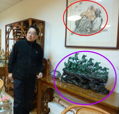 I was surprised that a picture of laughing Buddha and a sculpture of 8 horses were displayed at the back of the back of the chair where the boss sit.