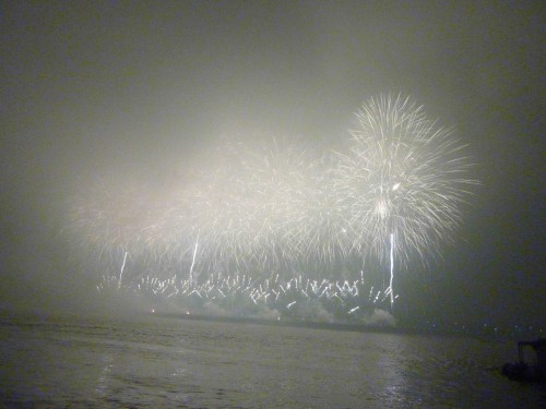 Every Saturday, 8pm, the Hunan State Government would performance such coloruful firecraker show without fail.....
