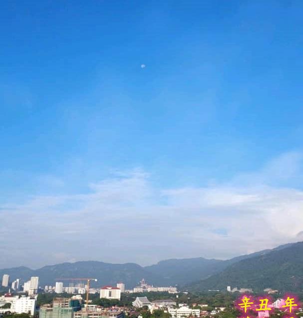 Moon on top of Kek Lok Si Temple